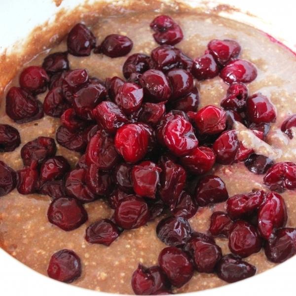 Шоколадный пирог с вишней - фото шаг 6