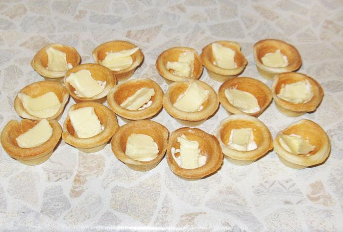 Тарталетки с икрой и маслом - фото шаг 2