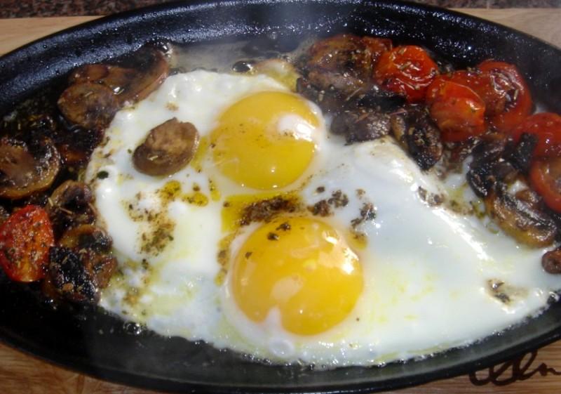 Яичница с шампиньонами и помидорами - фото шаг 4