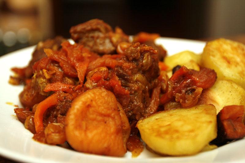 Баранина с томатом и курагой - фото шаг 17