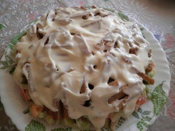 Салат с куриным филе, сухариками и овощами - фото шаг 5