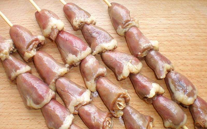 Шашлычки из куриных сердечек на шпажках в духовке - фото шаг 2