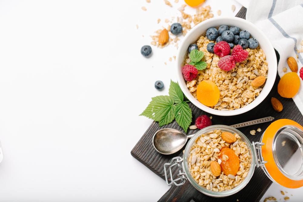 Овсяная каша с медом, корицей, фруктами и сухофруктами на завтрак