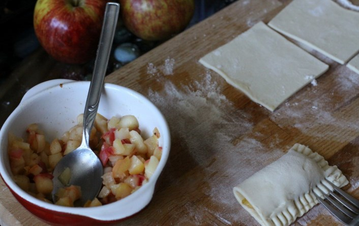Пирожки из слоёного теста с яблоками - фото шаг 3