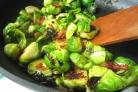 Жареная брюссельская капуста с изюмом