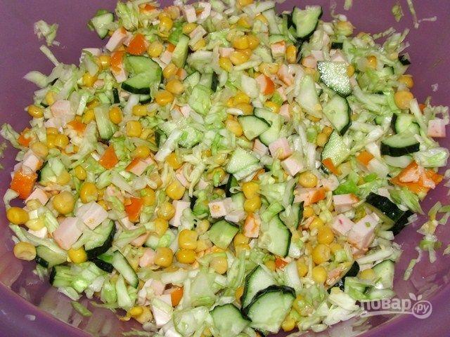 Салат с копченой курицей кукурузой и свежих огурцов