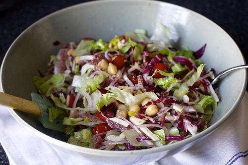 Салат с нутом и колбасой - фото шаг 5