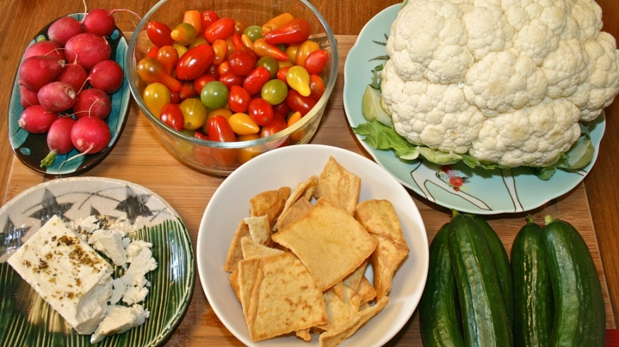 Рецепт Салат из цветной капусты, огурцов и сухариков