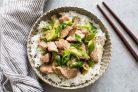 Свинина, обжаренная на сковороде с зеленым луком