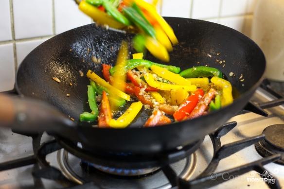 Курица с овощами в воке - фото шаг 4