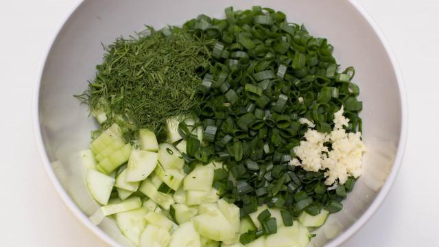 Салат из огурцов и зелени - фото шаг 4
