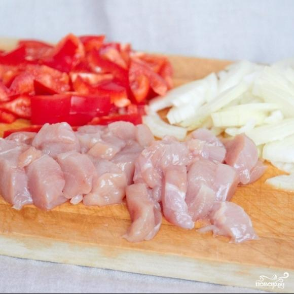 Курица в сметане с красным перцем - фото шаг 1
