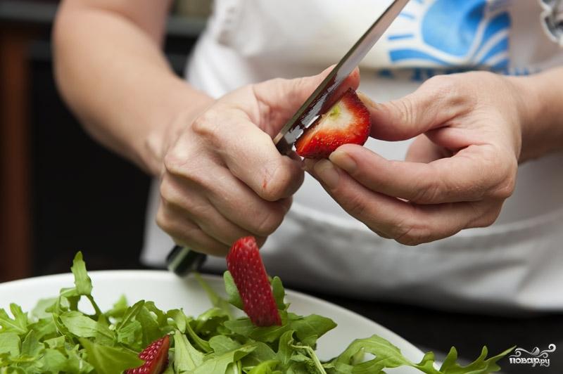Салат с клубникой и рукколой - фото шаг 2