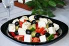 Салат с маслинами и помидорами