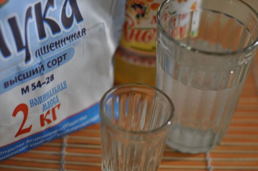 Тесто для чебуреков с водкой - фото шаг 1