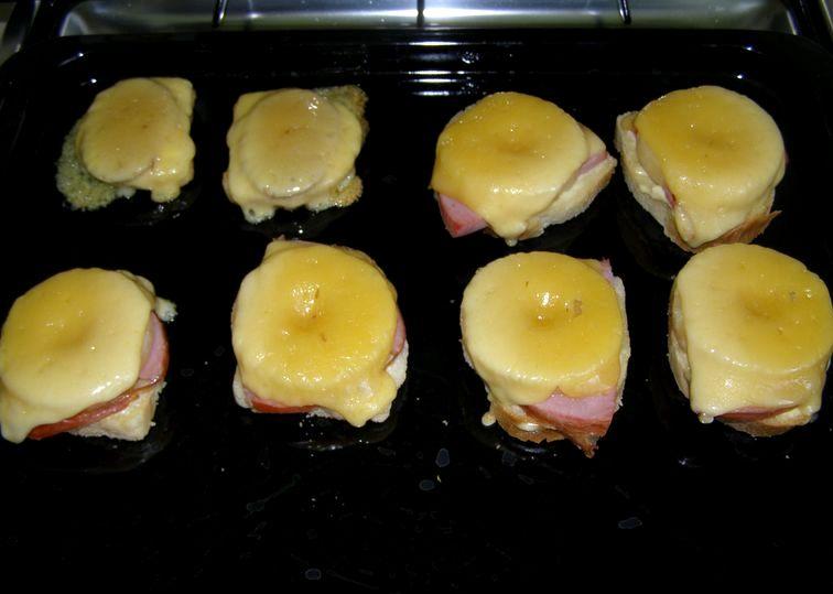 Выкладываем бутерброды на противень и запекаем их в разогретой до 180 градусов духовке 15-20 минут.