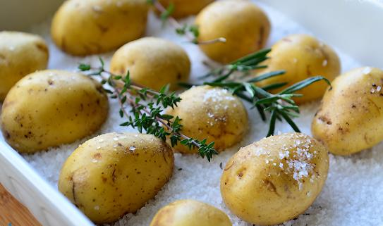 Картошка, запеченная в соли - фото шаг 3