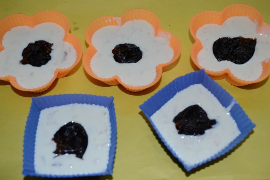 Творожно-ягодное суфле с черносливом - фото шаг 4