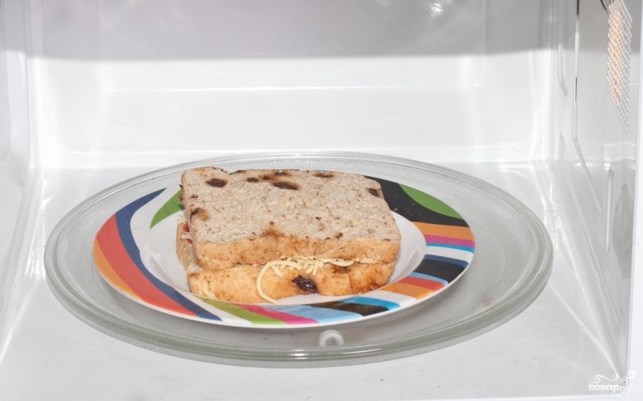 Бутерброд с сыром и колбасой в микроволновке - фото шаг 4
