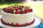 Бисквитный торт с фруктами и творожным кремом