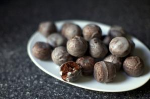 Шоколадные пончики в глазури