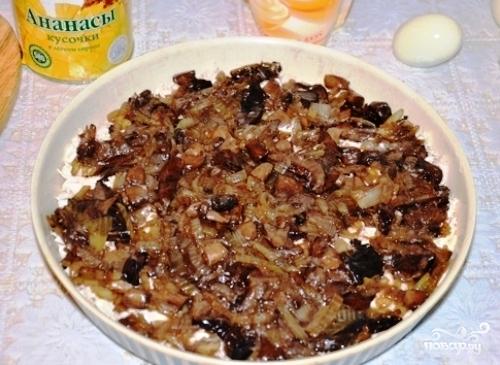 Слоеный салат с курицей и ананасами - фото шаг 3