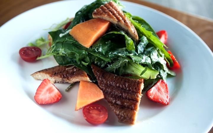 Салат с копченым угрем - фото шаг 6
