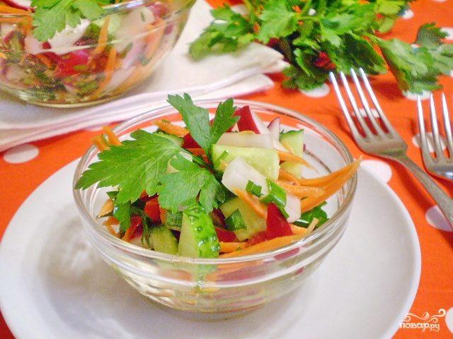 Салат из зелени и овощей