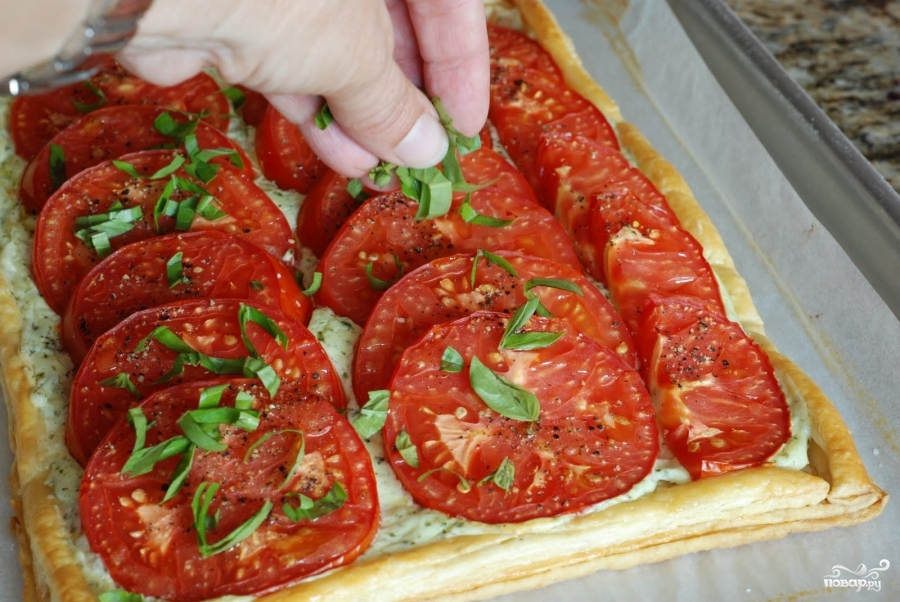 Пирог из слоеного теста с помидорами и базиликом - фото шаг 19