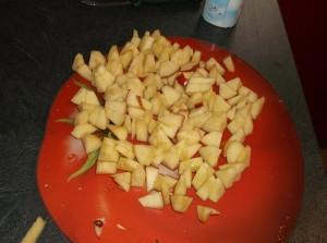Шарлотка на йогурте с яблоками - фото шаг 2