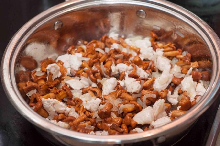 Паста с грибами и курицей в сливочном соусе - фото шаг 3