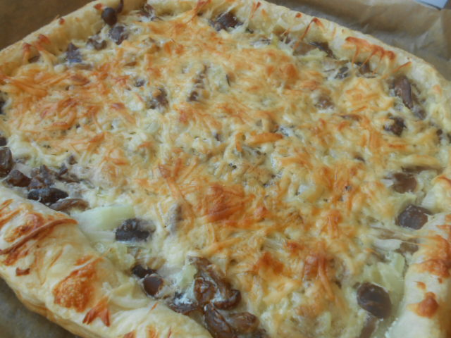 Слоеный пирог с грибами, сметаной и сыром - фото шаг 5