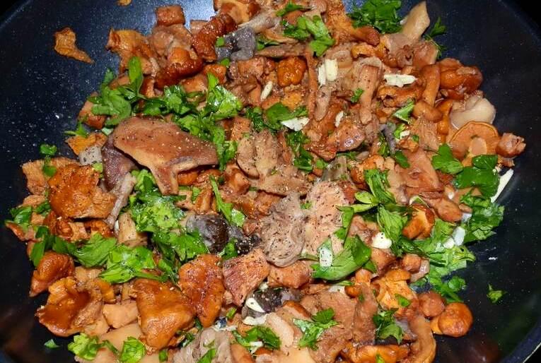 Салат с лисичками и зеленью - фото шаг 3