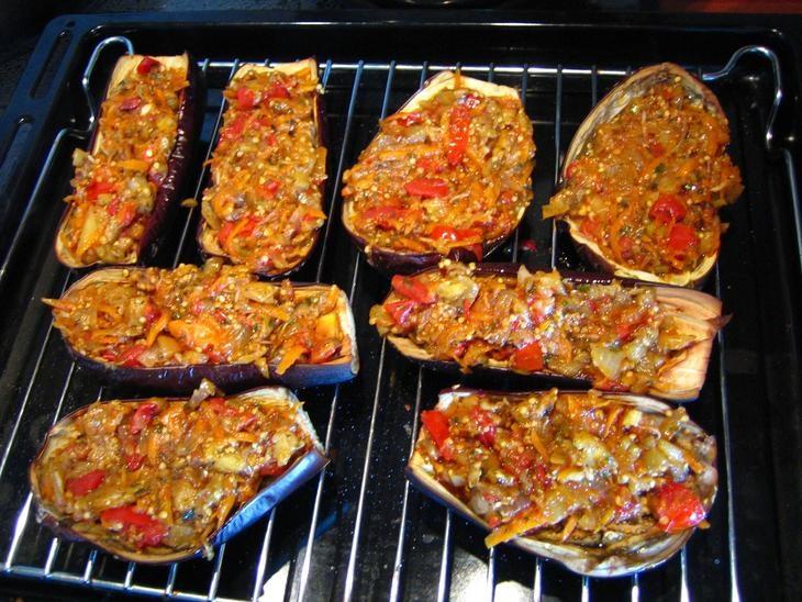 Лодочки из баклажанов с курицей и овощами в духовке рецепт