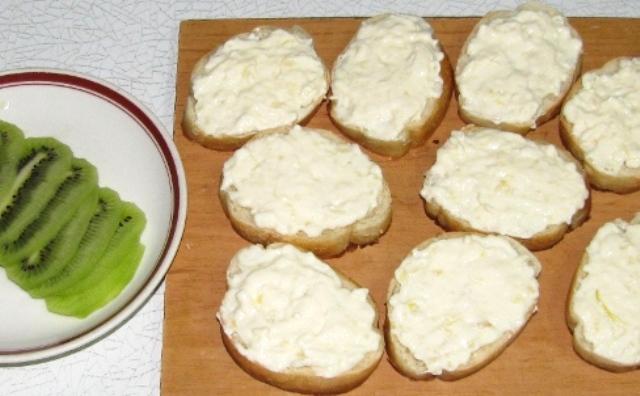 Бутерброды с сыром и киви - фото шаг 4