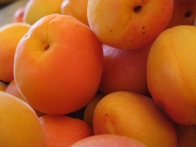 Шарлотка с яблоками и абрикосами - фото шаг 1