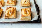 Слоеные пирожки с яблоками