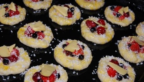 Плюшки творожные с ягодами - фото шаг 5