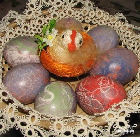 Яйца, крашенные нитками