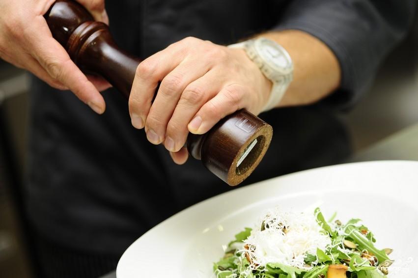 Салат с жареными лисичками - фото шаг 9