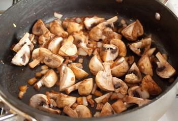Гуляш из индейки с грибами - фото шаг 3