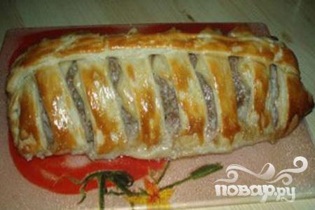 Мясной рулет с яйцом в слоеном тесте