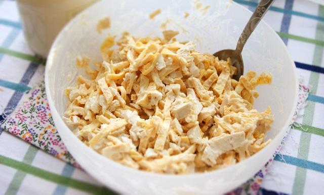 Салат с блинчиками из яиц - фото шаг 8