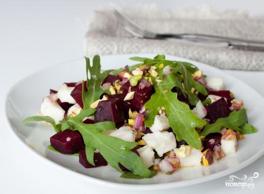 Салат из свеклы, козьего сыра и рукколы