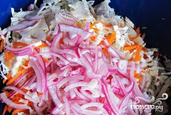 Пикантный салат с курицей и капустой - фото шаг 2