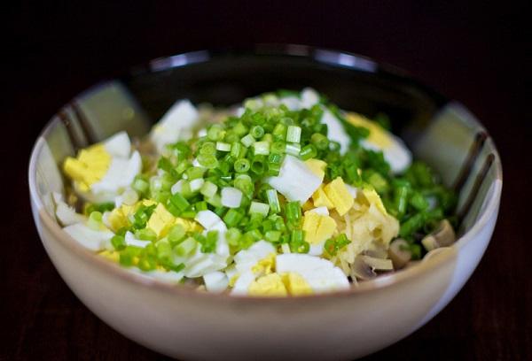 Простой салат с маринованными грибами - фото шаг 5