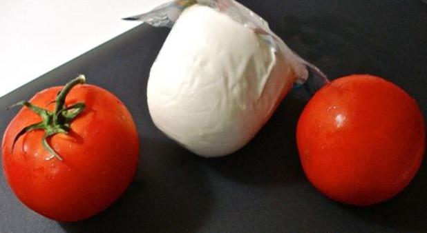 Помидоры с сыром моцарелла - фото шаг 1