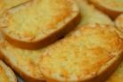 Гренки с чесноком и сыром в духовке