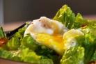 Салат с беконом и яйцом