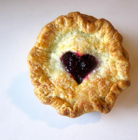 Пирог с чёрной смородиной и творогом - фото шаг 4